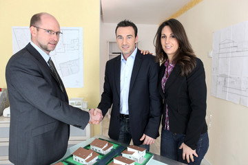 Promoteur et couple devant projet immobilier