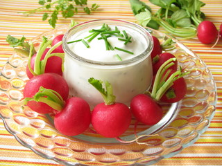 Radieschen mit Joghurt-Kräuter-Dip
