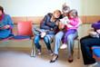 Familie im Wartezimmer