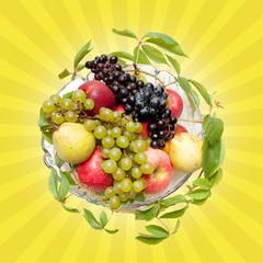 Obstschale mit Weinblättern, Früchten, Strahlen im Hintergrund