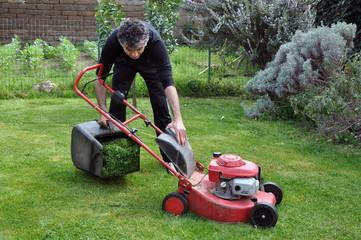 Giardinaggio, uomo manutenzione al tagliaerba