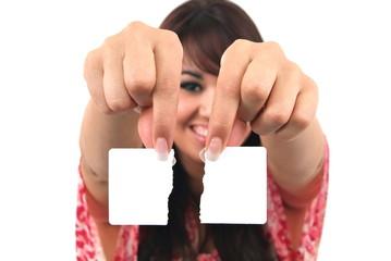Eine junge Frau zeigt eine zerrissene Visitencarte. Sample text.