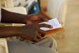 Fototapete Pray - Lesen - Füße / Hände
