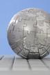 Puzzle Globus auf Tastatur, close-up