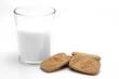 Vaso de leche con galletas