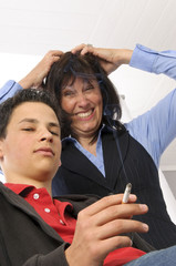 Mutter schimpft weil der Sohn raucht