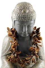 statue Bouddha, collier fleurs sèches frangipanier, fond blanc