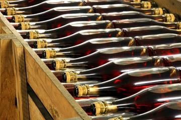 Sektkeller, Sektflaschen, Lagerung in Kiste