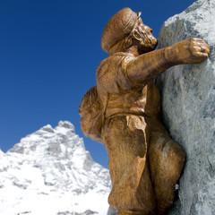 Finto scalatore con Monte Cervino in sfondo