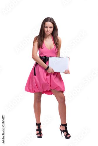 брюнетка в розовом платье фото: