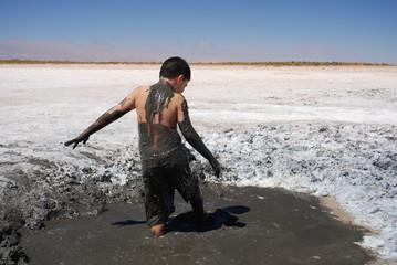 Bain de boue dans le Salar d'Atacama