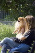 ragazza al parco con il cane