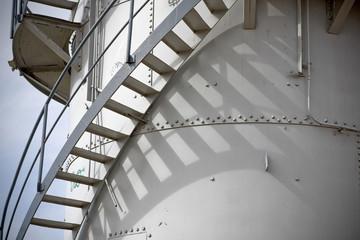 Escaleras metálicas en la chimenea
