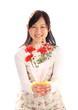 カーネーションの花束を持つ笑顔の少女