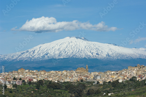 Widok na sycylijską wioskę i wulkan Etna