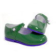 par de zapatos niña verdes fondo blanco