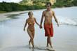 Couple se baladant main dans la main au bord de l'eau