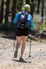 excursionista de senderismo con botas y bastones de trekking