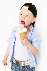 Junge mit Eistüte