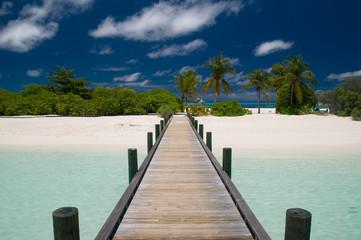 Bruecke zu einsamem Strand