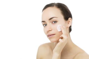 junge Frau mit Gesichtspflege Creme