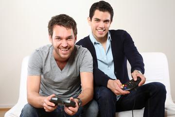 zwei maenner lachen und spielen Computerspiel