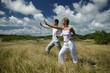 Homme et femme faisant des exercices de relaxation