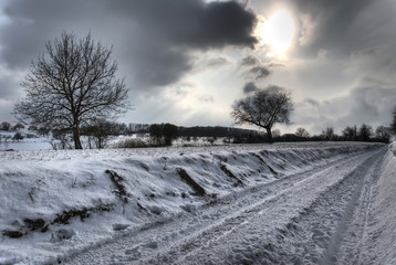 Chemin de campagne pendant la saison d'hiver