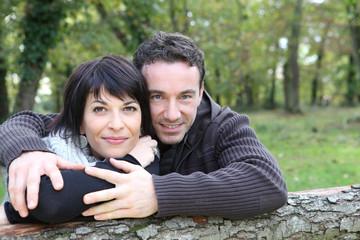 Portrait d'un jeune couple souriant à la campagne