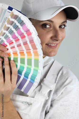 portrait d 39 une femme peintre en b timent avec un nuancier de auremar photo libre de droits. Black Bedroom Furniture Sets. Home Design Ideas