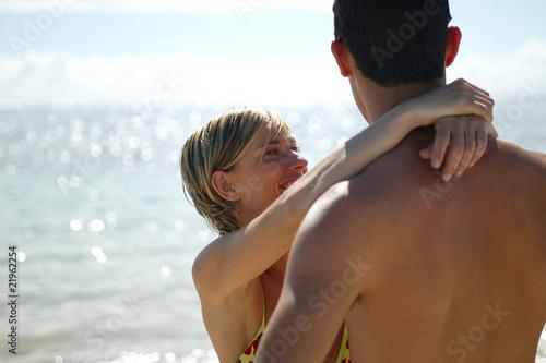 couple amoureux au bord de la mer