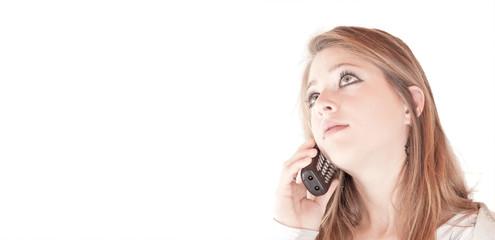 Nachdenkliches Mädchen am Telefon