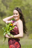 jeune femme souriante qui se promène dans les champs poster