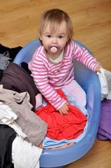 bébé joue avec lessive
