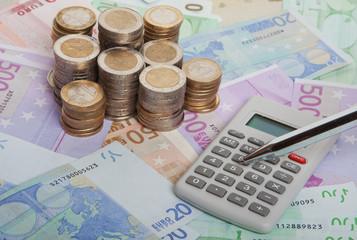 Geldscheine und Münzen in Euro