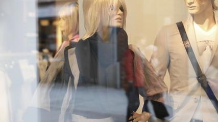 Schaufensterpuppen und Menschen in der Stadt