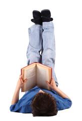 bambino disteso che legge