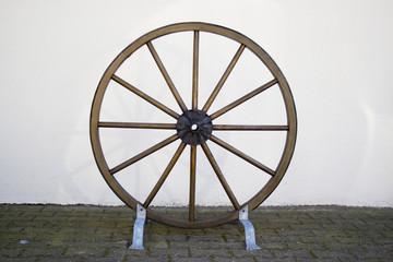Altes Wagenrad aus Holz mit Platz für Text