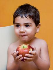 bambino che mangia una mela