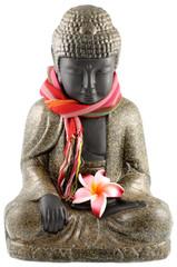bouddha assis, étole couleurs, fleur frangipanier, fond blanc