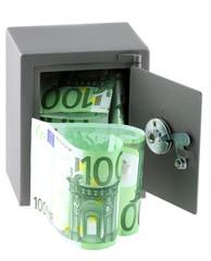 coffre-fort tirelire rempli de billets de 100 euros, fond blanc