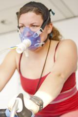 Frau mit Pulsuhr bei Sporttest