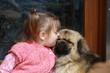 petite fille et son petit chien