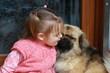 bébé fille faisant un calin à son chien