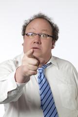 homme d'affaires index levé accusation