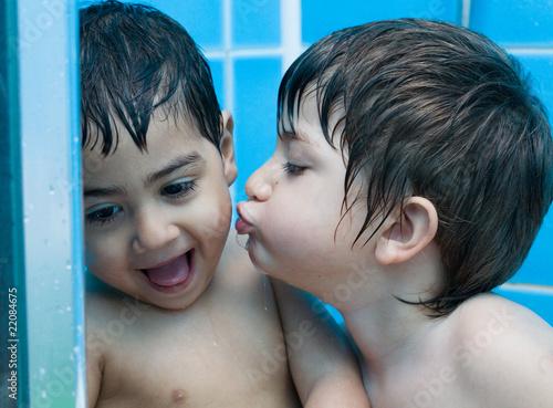 Bambini che fanno il bagno di elisabetta figus foto stock royalty free 22084675 su - Bambolotti che fanno il bagno ...