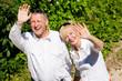 Glückliches Älteres Paar winkt