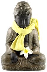 bouddha assis, étole jaune autour du cou, fond blanc