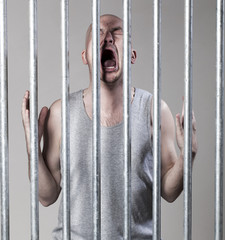 jeune homme injustice prisonnier