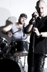 chanteur et batteur de grupe rock heureux